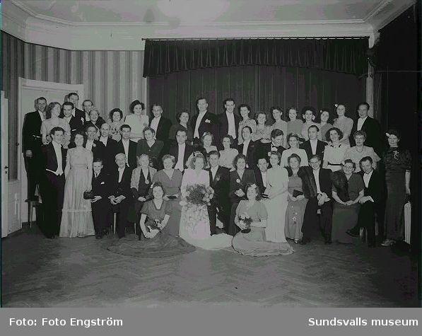Grupporträtt, bröllpsporträtt i en sal, se föregående bild.