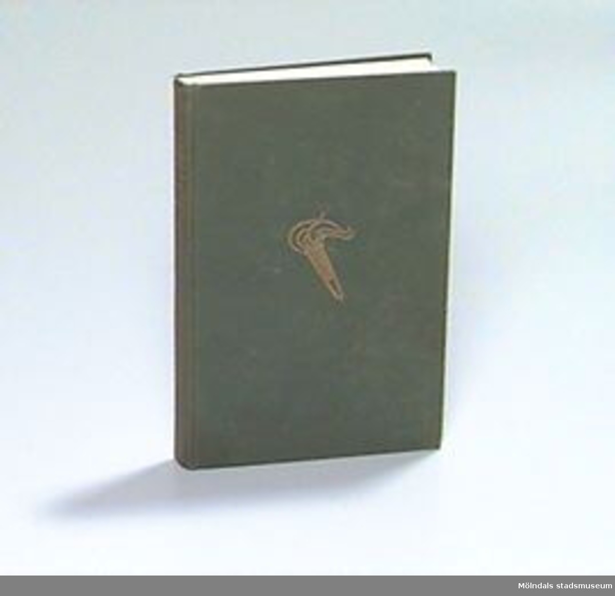 """Folkskolans läsebok. För femte klass. Pärmen klädd med grönt tyg, text och bild av fackla tryckt i guld. 362 sidor. På insidan av pärmen skrivet med blåpenna: """"3.80"""". På sidan tre skrivet svagt med blyerts: """"KK den 3"""".Gåvan förmedlad av Eva Bergman."""