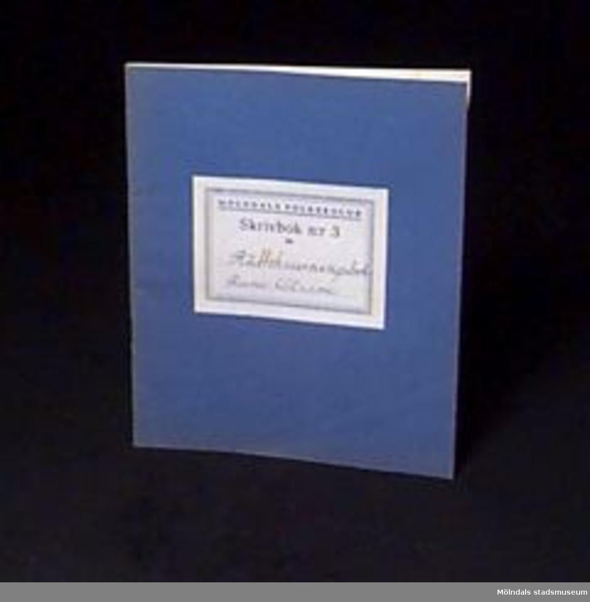 """Blå skrivbok med linjerade sidor. På omslaget en etikett med """"MÖLNDALS FOLKSKOLOR/Skrivbok n:r 3 för"""" samt skrivet med bläck: """"Rune Olsson Rättskrivningsbok"""". Givaren gick hela sin skoltid i Toltorpsskolan."""