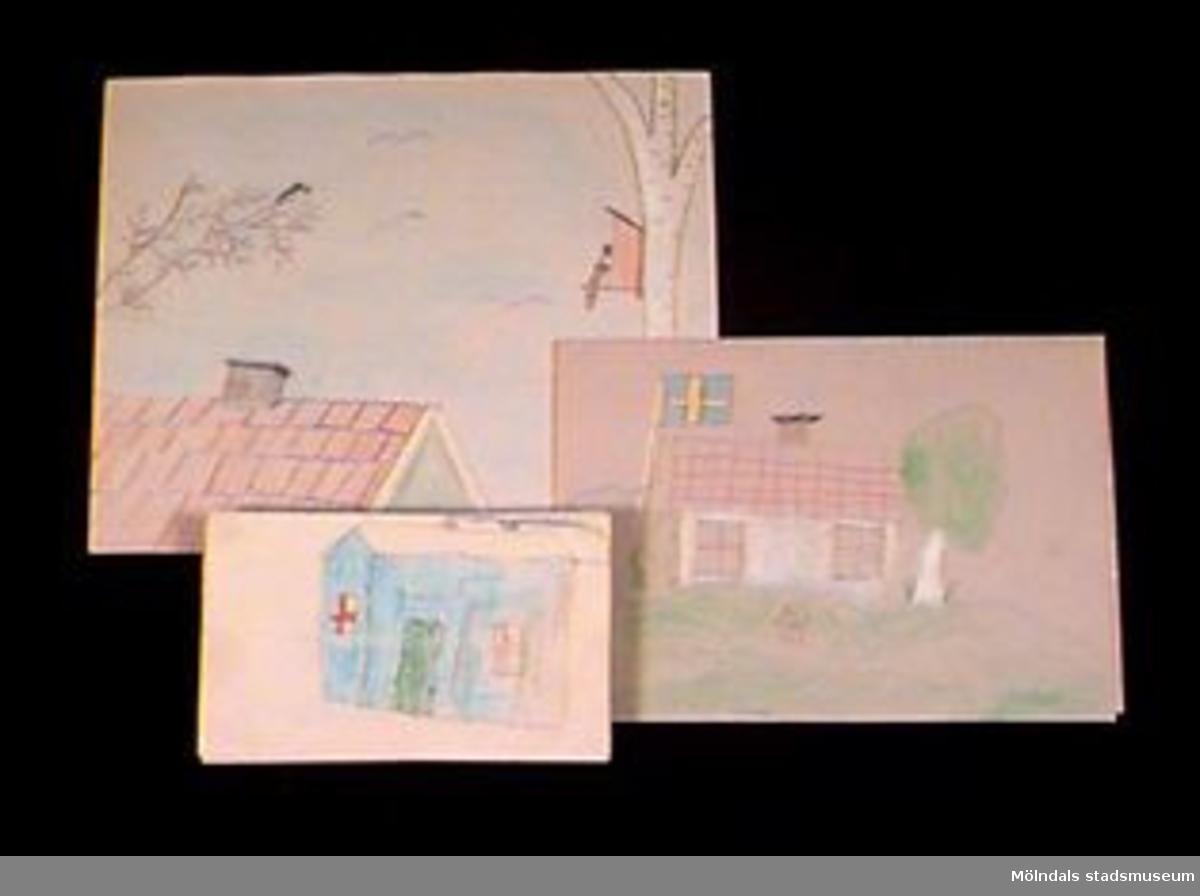 Teckningar i olika storlekar, det angivna måttet är lika med den största teckningen. Motivet går i nationalromantisk stil med hus i sommarlandskap och svenska flaggan på två av bilderna. Givaren gick hela sin skoltid i Toltorpsskolan.