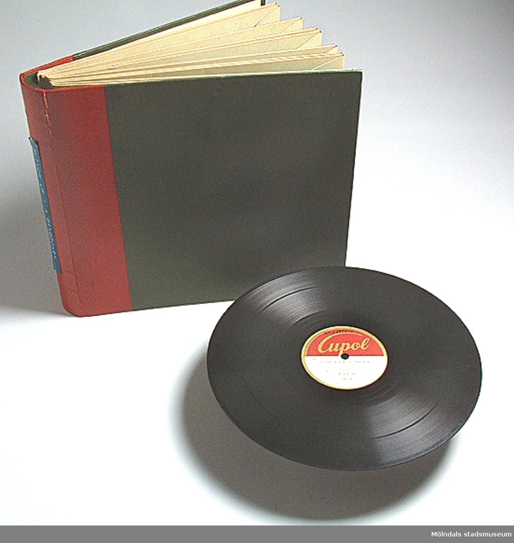 Skivalbum. Innehåller grammofonskivor Mm 23906:1-6, med sånger ur Första sångboken.