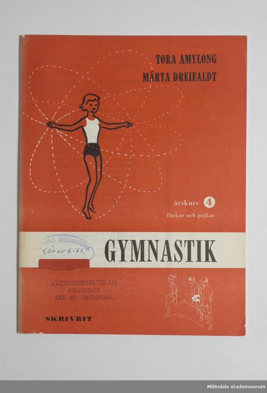 """Har röda pärmar med svart och vit text. Har en flicka som hoppar hopprep på omslaget.""""Gymnastik årskurs 4 för flickor och pojkar"""" är titeln.Förlaget är """"Skrivrit""""."""