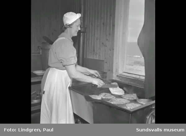 Åstön. Repövning och matberdelser i köket. Reportagefoto.