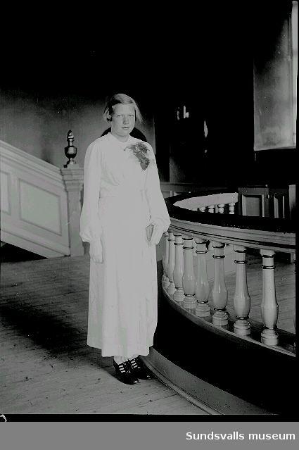Grupporträtt, porträtt i kyrka. Konfirmation