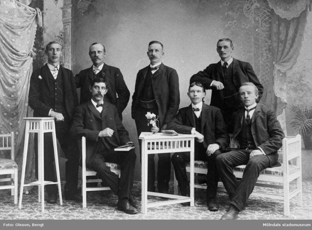 Papyrus fackföreningsstyrelse. Stående fr.v. Gustaf Johansson, Robert Johansson, ordförande Gustaf Säflund, Andor Danielsson. Sittande fr.v. Artur E Nyholm, Axel Sommar, Manfred Wedin.