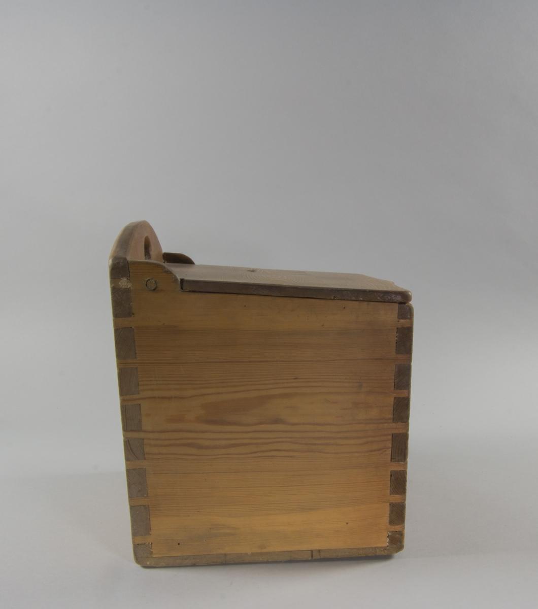 Mjölkar av trä. Fyrsidig med sinkade fogar. Bakre sidan högre än övriga, med svängd kant och med hål. Lock gängat i sidorna.