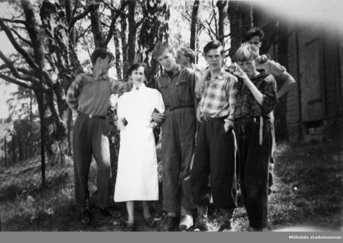 Sex stycken pojkar med en vårdarinna på Stretereds skolhem.