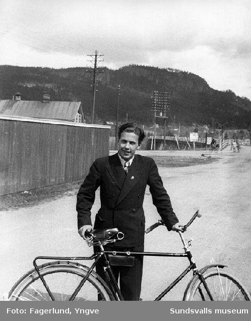 Kjell Renström vid sin cykel i Ljungaverk. Kjell Renström blev senare chef för Sandvik i Canada.