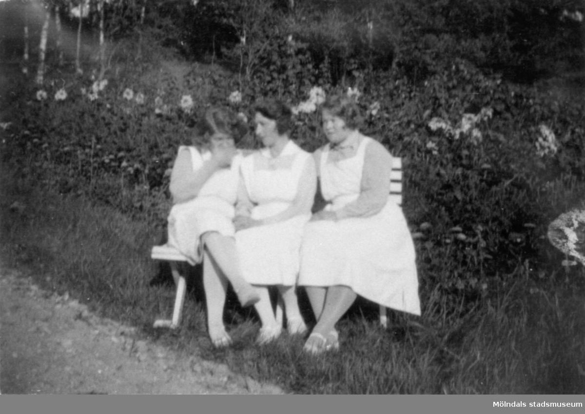 Svea, Anna Hasselberg (gift Larsson) och Ruth en varm sommardag vid trådgångsvillan, Stretereds skolhem, 1930.
