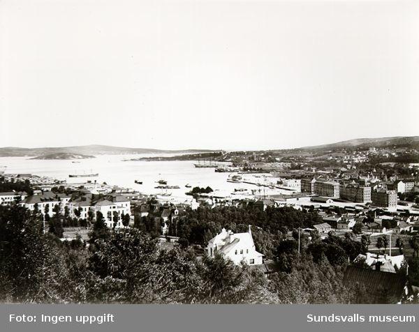 Vy över Sundsvall och Sundsvallsfjärden från Stadsbacken.