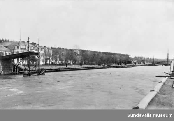 Gångbron över Selångersån helt raserad vi vårflodens härjningar 1919.