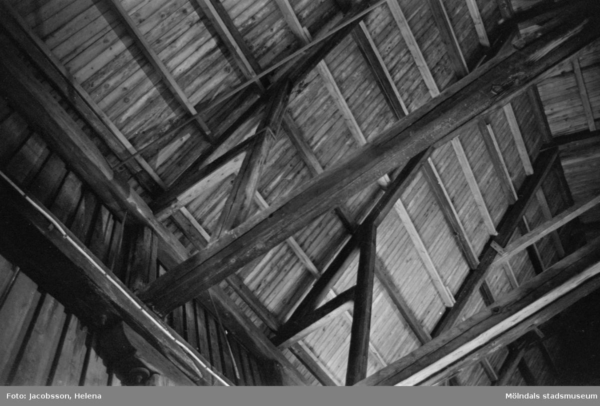 Kvarnfallet 22-23 i Mölndals Kvarnby. Interiör från gammal magasinsbyggnad. Takkonstruktion i trä, takstolar, stöttor etc. Byggnadsdetalj.