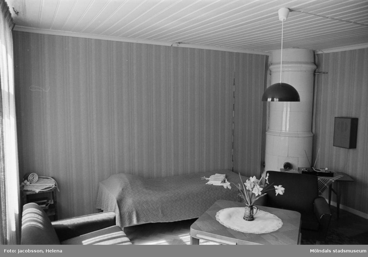 Roten L 13 i Mölndals Kvarnby. Lägenhetsinteriör från rotebostad. Kakelugn.