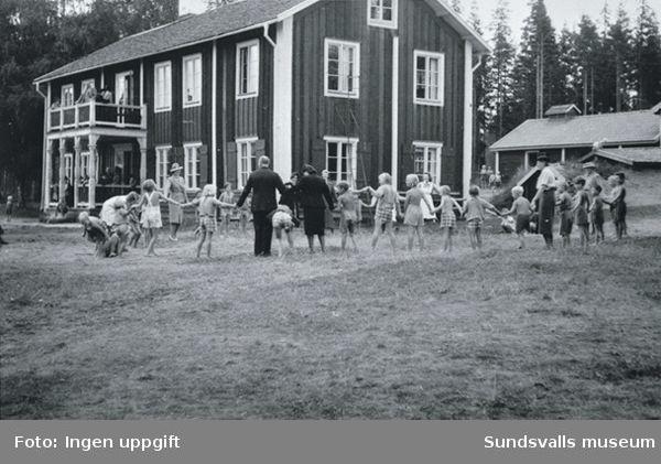 Sommargårdens skollovskoloni i Stavreviken. Gården är en gedigen några hundra år gammal bondgård. På 30-talet begärde skollovskoloniföreningen anslag på 15000 kr ur avsfonden och fick länsstyrelsens tillstyrkande. Barnen hade sin egen kolonivisa diktat av fröken Greta ... Å, vilka härliga dagar vi har...  Ett av de största glädjeämnena var Sommargårdens teater, inrymd i f.d. snickareverkstaden.
