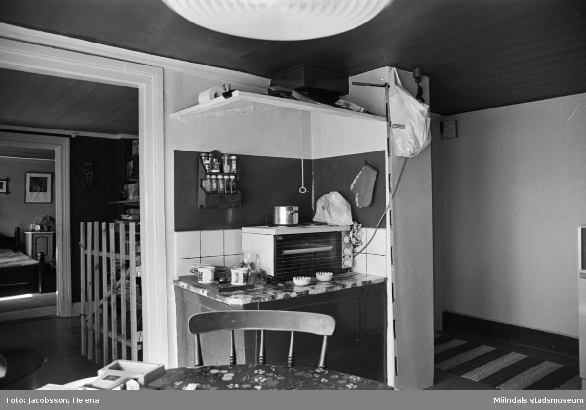 Bostadshus Roten M 10, okänt årtal. Interiörbild av ett kök.