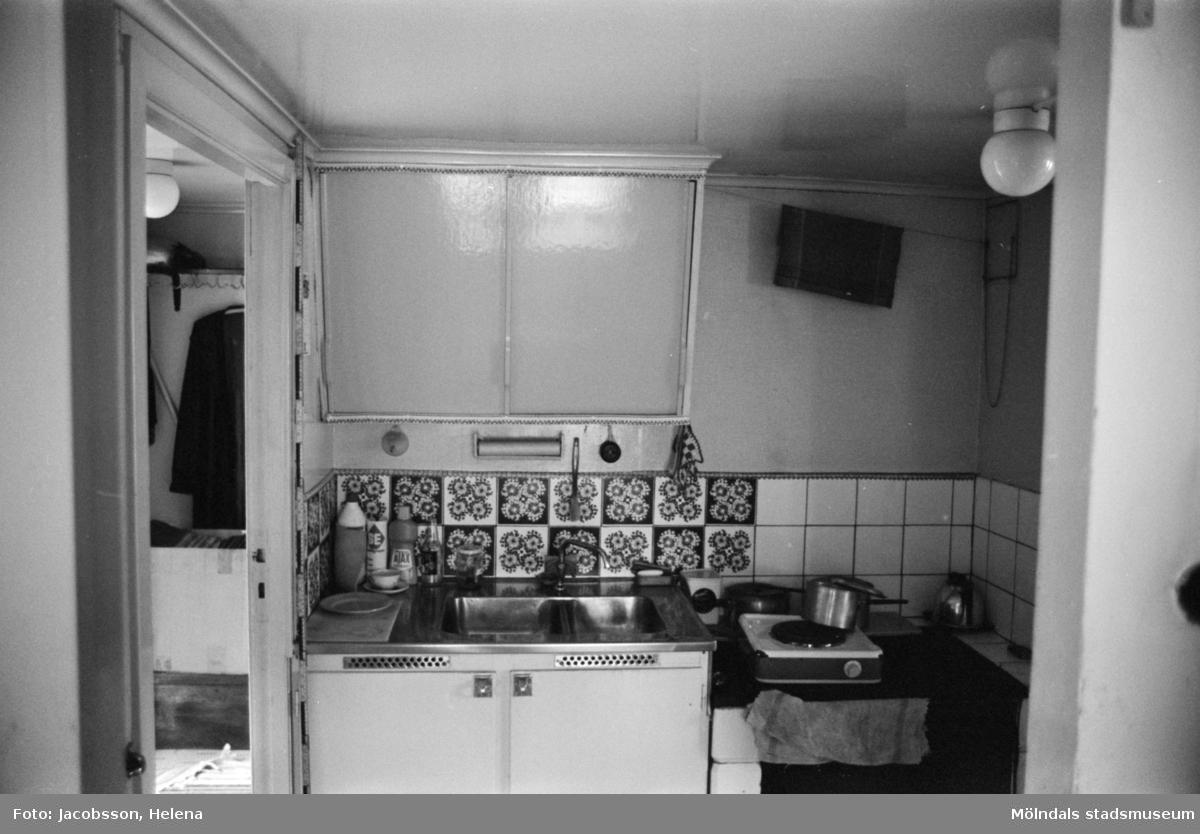 """Kök i bostadshus på Roten M 18 i Mölndals Kvarnby, 1972. Bostadshuset har en kvarvarande """"brygga"""" utanpå. Se bild 1991:1106."""
