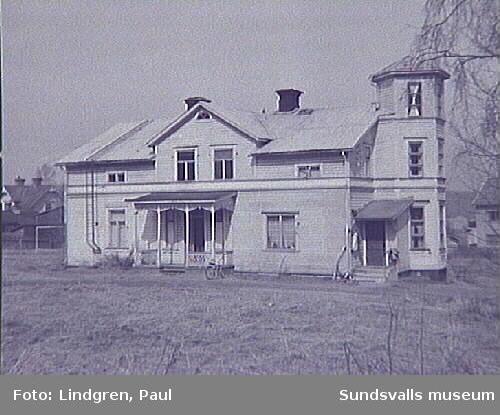 """Gränsg 28. Alphyddan. Här bodde Lars Ahlin i 1 rum och kök under åren 1928-1933, och även senare när han hälsade på hos sin far och styvmor,  se makan Gunnel  Ahlins bok """"Lars Ahlin växer upp"""" Bonniers förlag, 2001."""