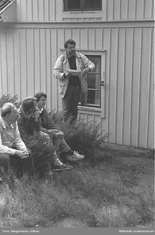 En sockenvandring i Våmmedal som Staffan Bjerrhede ledde. Arr. av Kållereds hembygdsgille.  Exteriörbild av bostadshus på Våmmedal 2:9, 3:2 och 3:3 i Kållered, september 1991.