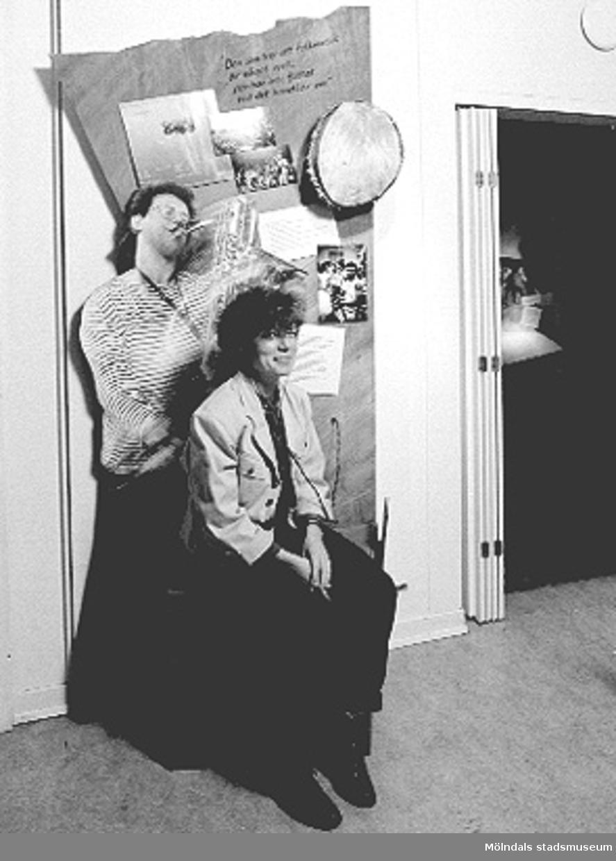 """Interiörbilder från utställningen """"Från näckens polska till rockens roll"""" på Mölndals museum 1990-12-01 - 1991-12-31."""