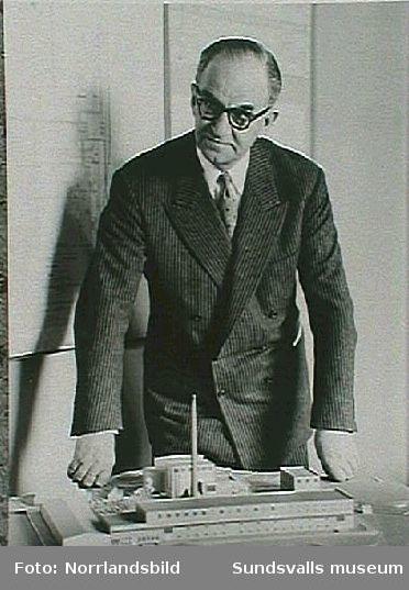 Axel Enström, VD i SCA, med modell av Villa Wallerstedt
