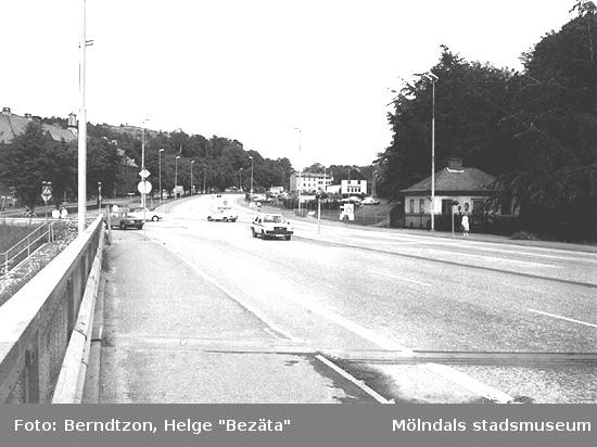 Vy från Mölndalsbro mot Gamla Mölndal, cirka 1984. Papyrus grindstuga till höger är numera riven.