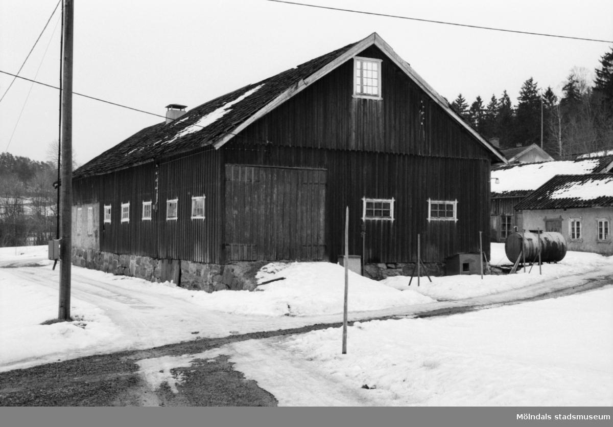 """Ladugård och boningshus vid Per-Eriksgården """"Parris"""" i Kärra, 1986."""