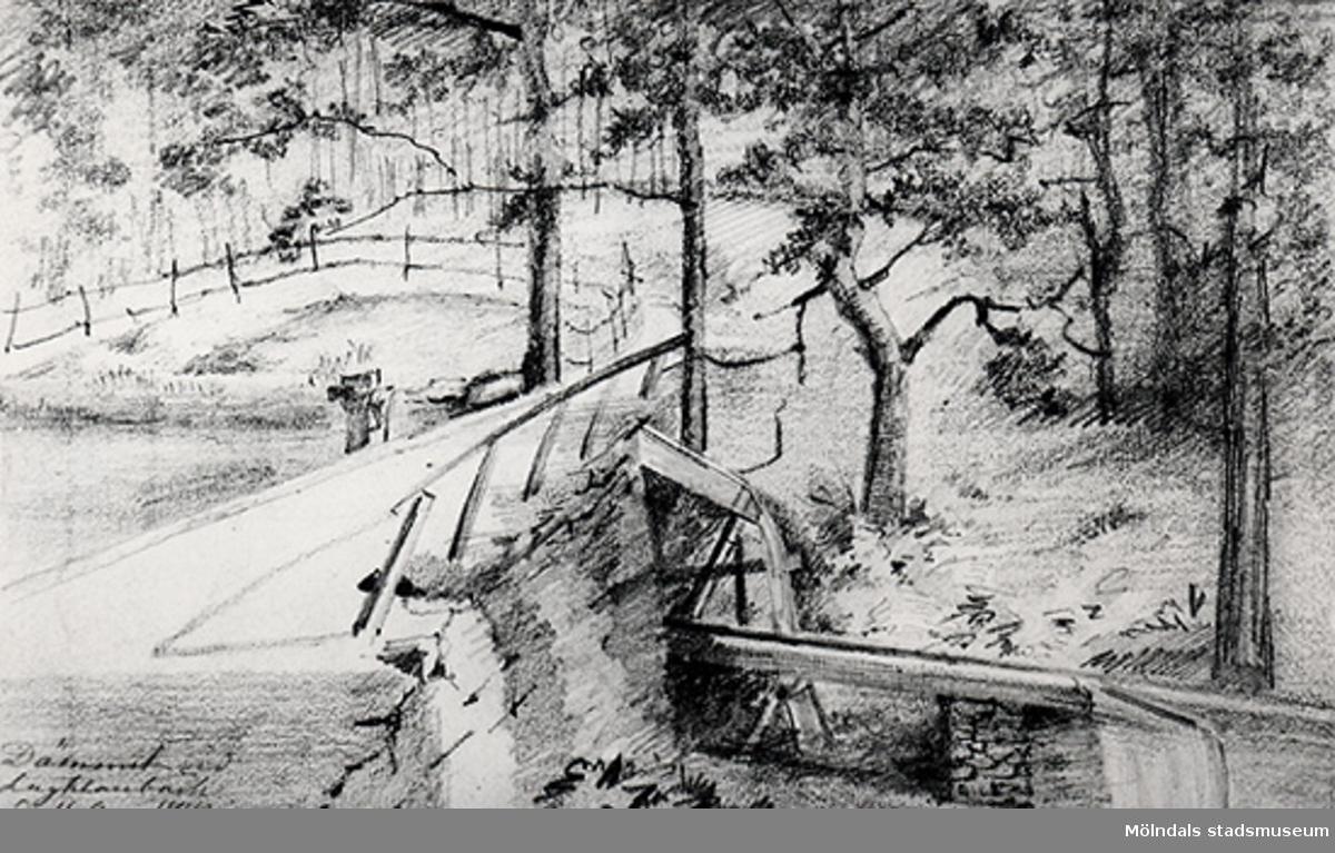 """Dämmet vid Lackarebäck, 16 Aug. 1872. Utsikt över kvarndammen och kvarnrännan. Lägg märke till stavningen """"Lagklarebäck"""". Foto av gammal teckning."""