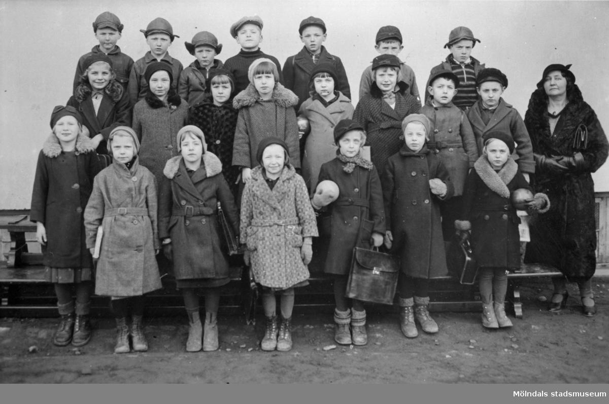 """Skolklassfoto med Knut Andersson och """"sagofröken"""" Rosa Hagström, 1932-1933. Knut står på översta raden, sjätte person från vänster."""