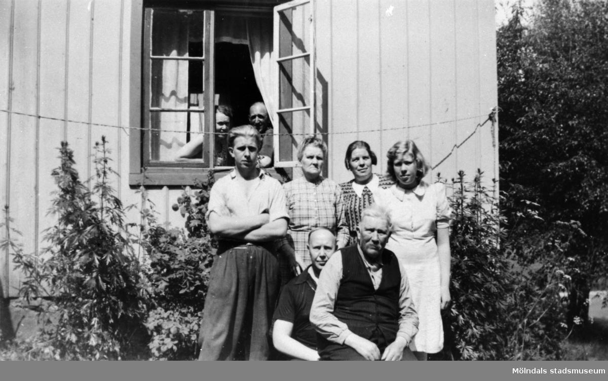 Sommargäster, släkt och vänner utanför Antons hus,  1940-talet. Med på bild: Oskar, Nyberg, Klara Svensson, Ivar Svensson och Anton Svensson.