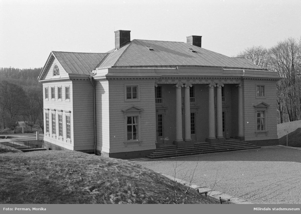 Varierande bilder som på olika avstånd visar norra och södra fasaderna samt del av parken våren 1992. Här är slottet snett framifrån från vänster.