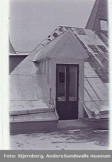 Bild 34. Nytillverkad kupa med dörr till terassenpå taket mot väster.Bild 35-36.(Dubbelexponerade). Komposition till föregående bild och efterföljande med nytillverkad tornvimpel med årtalet 1891.