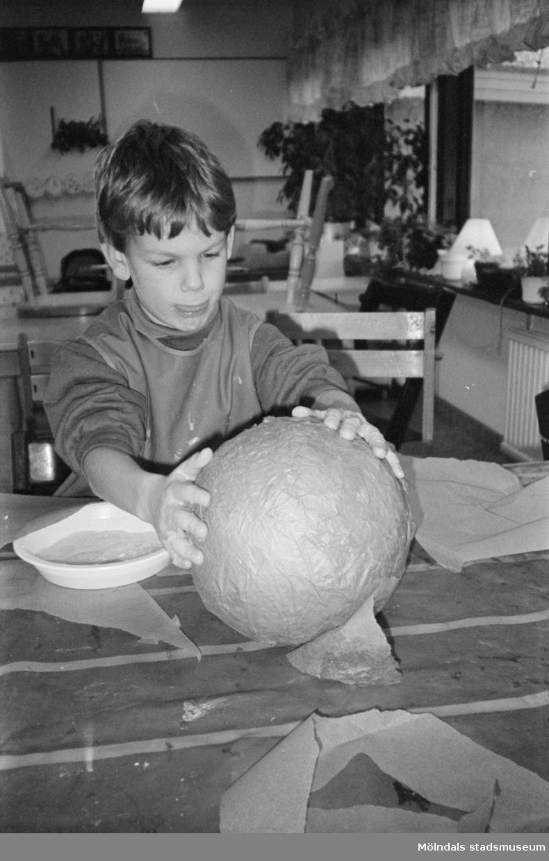 Rikard är mycket koncentrerad när han pysslar. Lunkentussen, Katrinebergs daghem 1992-93.