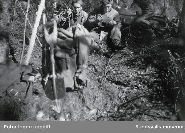 """""""Det hendte seg at vi kokte mat på manöveren.""""  (Bildtext i fotoalbum. Ägare Emil Tessem, Steinkjer.)Våren 1945."""