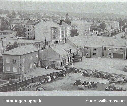 Elverket sett från öster med del av förrådsgården närmast. 19 augusti 1961. Ur fotoalbum från Sundsvalls Energi.