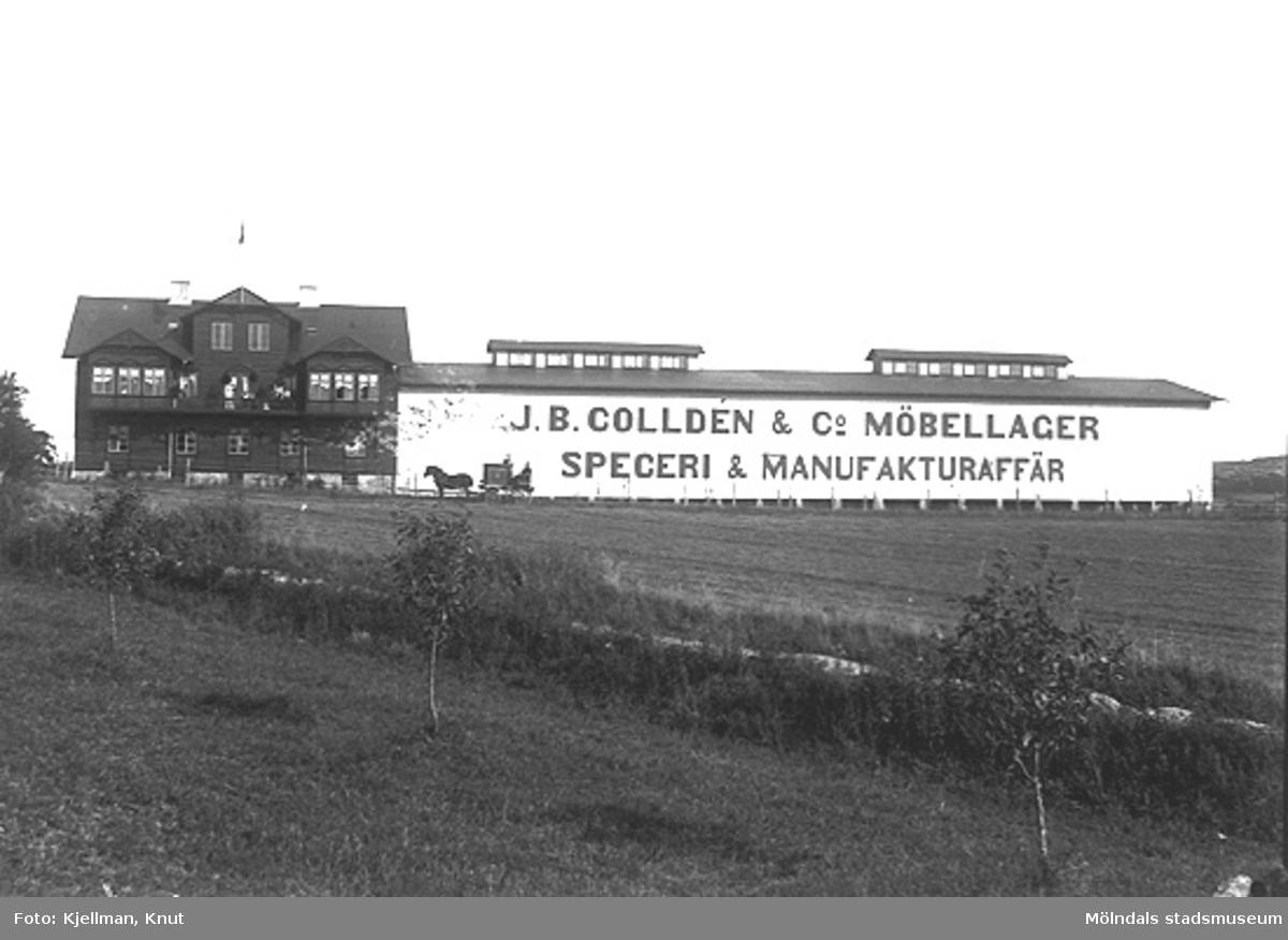 Reklam i kolossalformat, utanför Colldéns i Almås, som riktar sig mot järnvägen. J.B. Colldén & Co Möbellager Speceri & Manufakturaffär var på sin tid en av Göteborgs stora möbelhandlare.