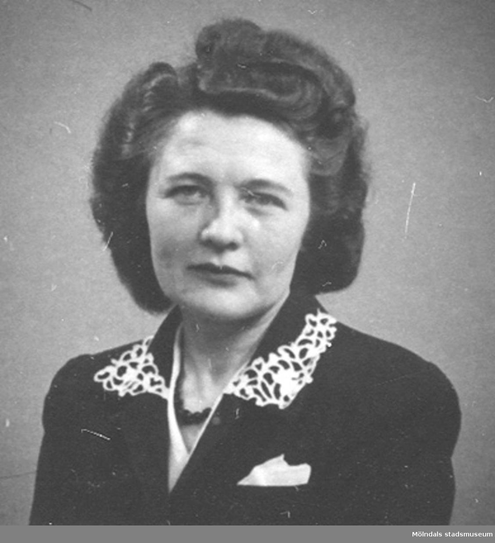 Ett av 43 st porträttbilder av Karin Hasselberg (1903 - 1996), tagna på 1950-talet.