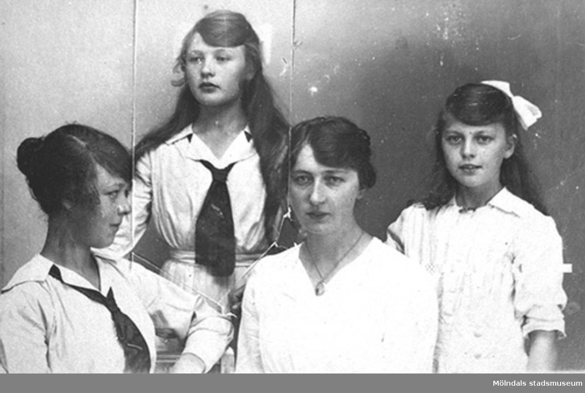 De fyra systrarna Hasselberg, från vänster: Valborg, Karin, Anna och Linnéa.Karin och Anna arbetade på Stretereds skolhem i Kållered som vårdarinnor.