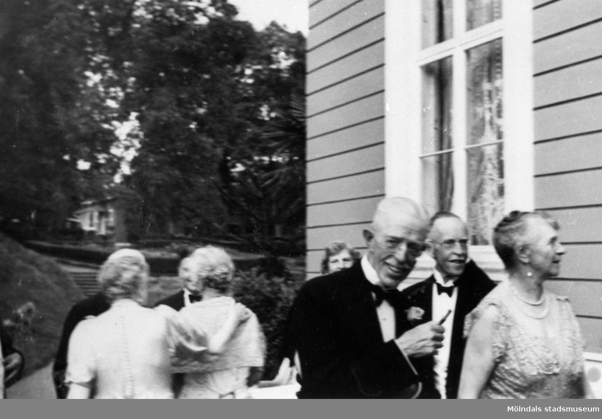 Kung Gustav V bland gästerna på Gunnebo slott, 1937.