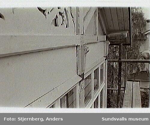 Bild 31-32 Inglasad veranda nya fönster från Berglunds snickerier i Mellangård.Bild 33-34 Nytillverkad snickarglädje i fält ovan fönster.Bild 36 Nytillverkad rambräda till väggfält med samma profil som övriga.Bild 35 Tillverkat efter original, som placeras på ömse sidor om mittfältet.