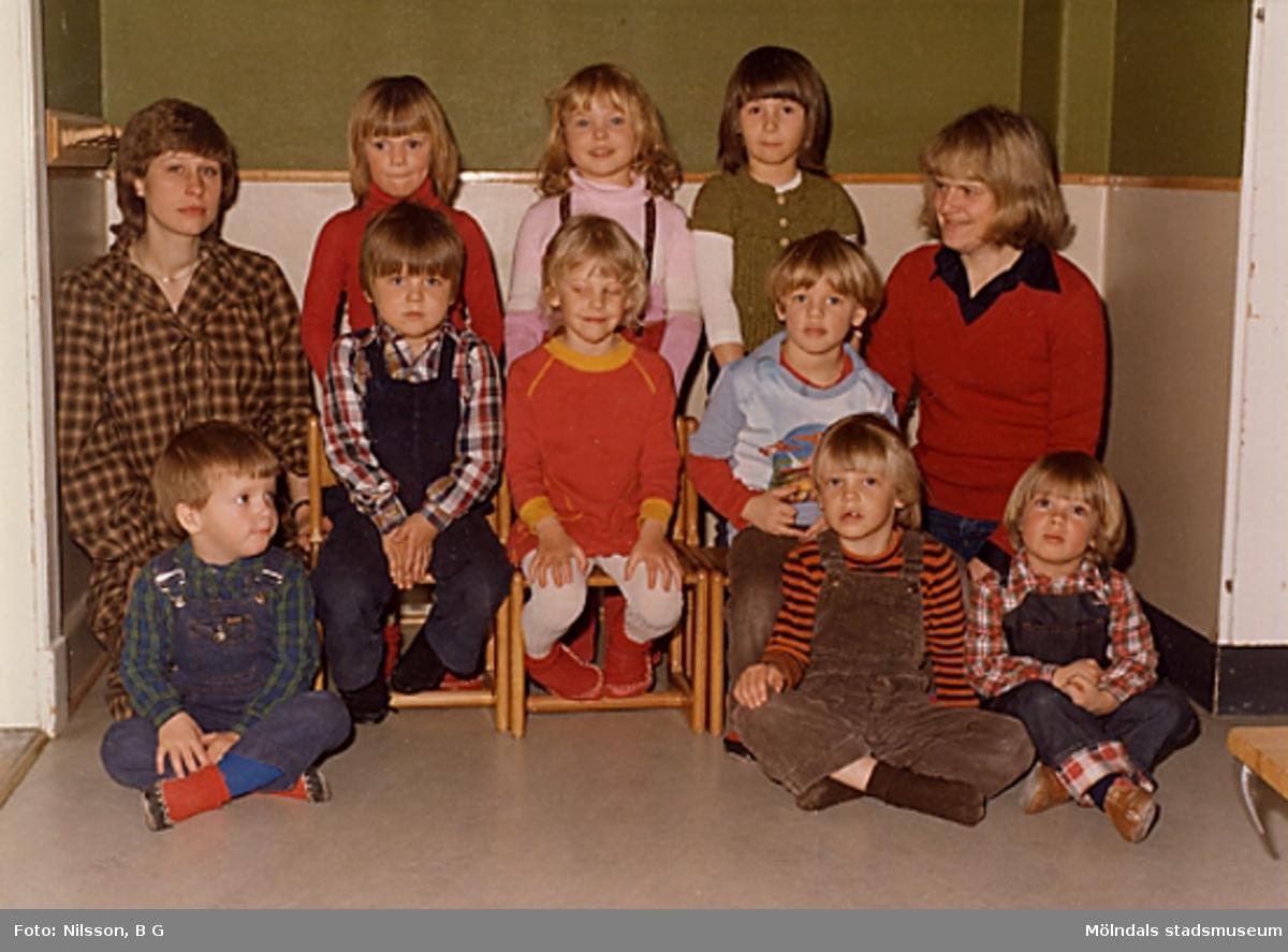 Två fröknar och en grupp barn. Holtermanska daghemmet juni 1973.