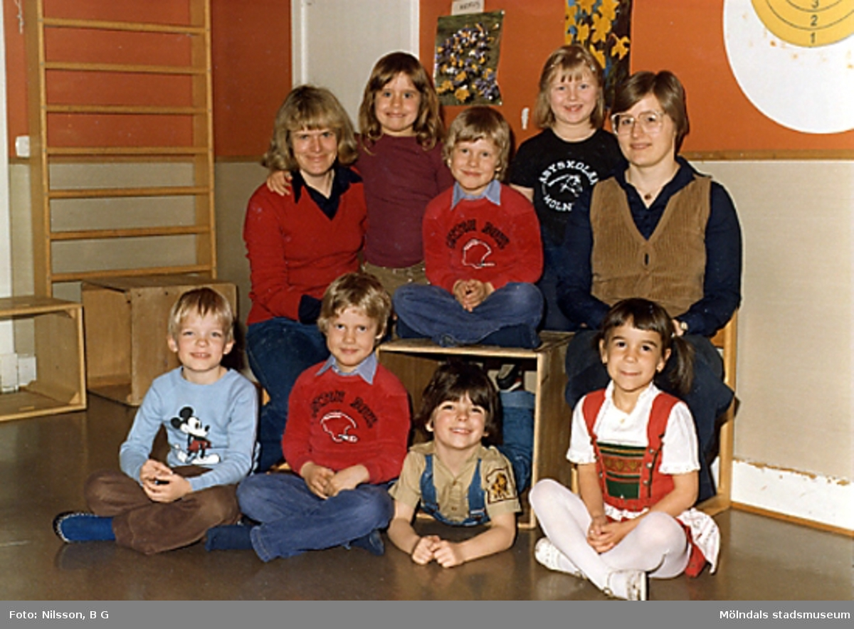 En grupp barn och två fröknar. Holtermanska daghemmet juni 1973.