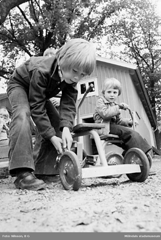 Två barn med var sin trehjuling. Holtermanska daghemmet 1973.