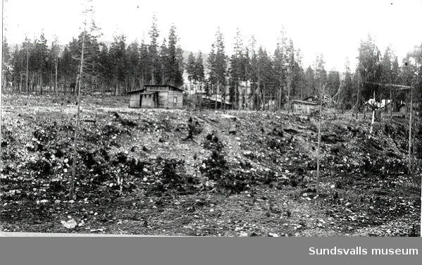 Alby. Verkmästare Strandbergs bostad. I förgrunden bostaden och ladugården, som användes den första tiden, ett s. k. fläsklådehus.