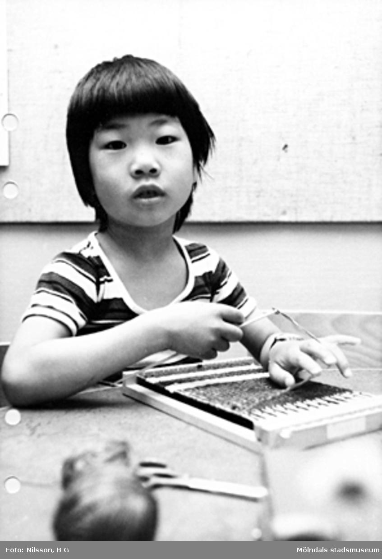 En pojke som väver. Holtermanska daghemmet maj 1975.