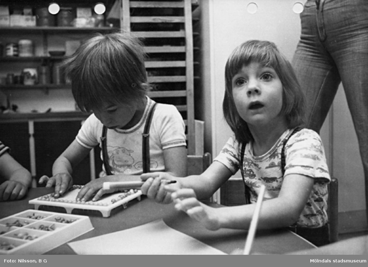 Två barn som pysslar. Holtermanska daghemmet maj 1975.