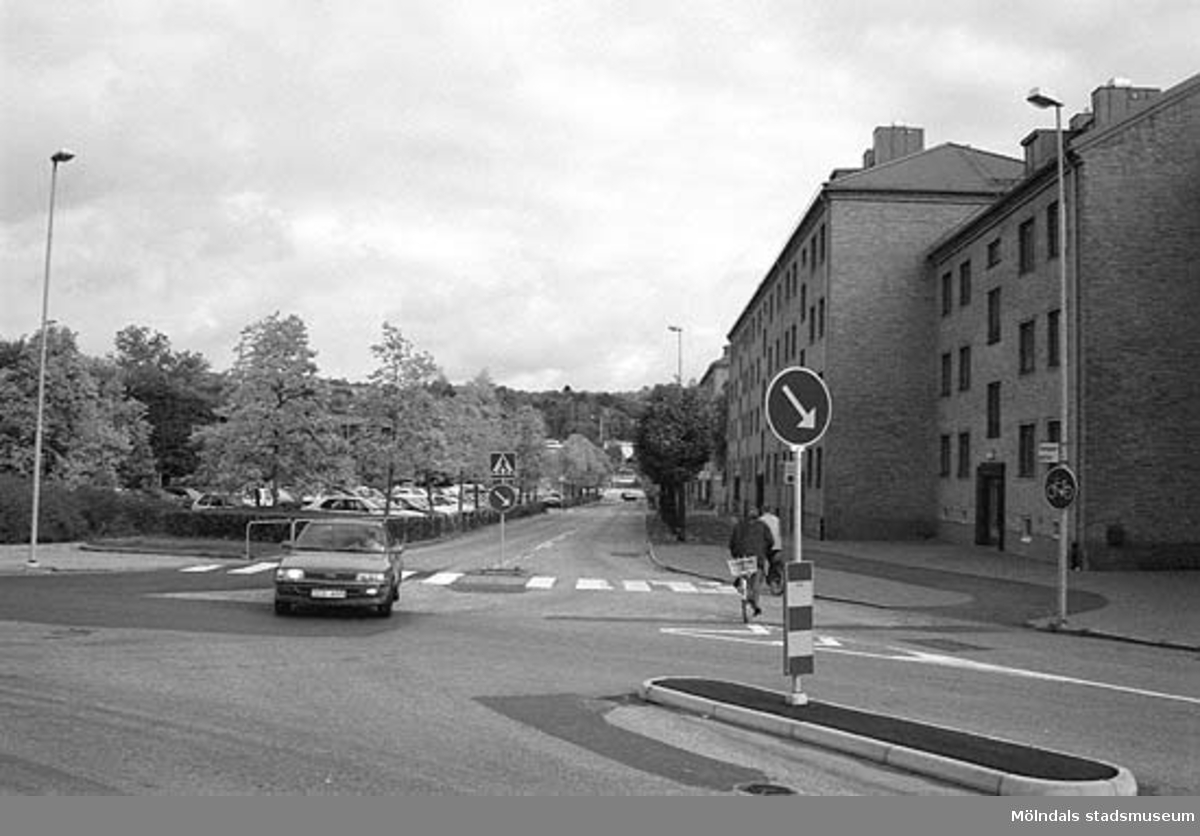Tempelgatan. Mölndalsbro i dag - ett skolpedagogiskt dokumentationsprojekt på Mölndals museum under oktober 1996. 1996_0913-0930 gjorda av högstadieelever från Kvarnbyskolan 9A, grupp 1. Se även gruppbilder på klasserna 1996_1382-1405 och bilder från den färdiga utställningen 1996_1358-1381.