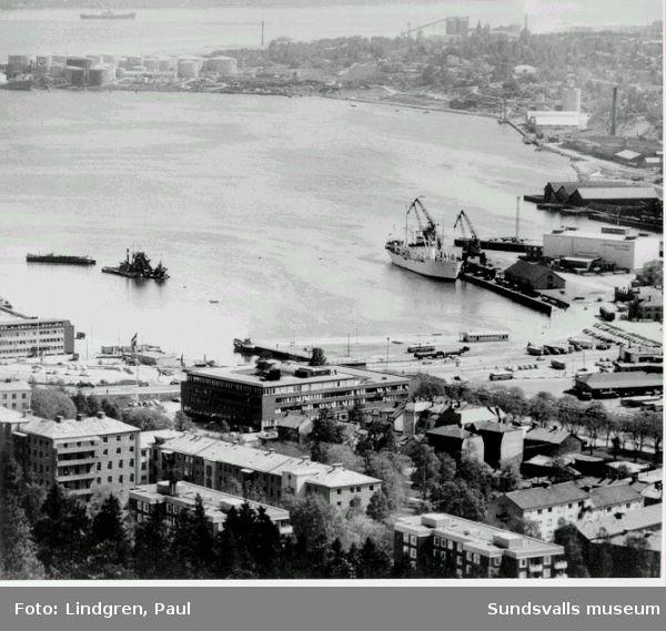 Sundsvalls hamn före nuvarande (1999) E4-sträckningen. I förgrunden Norrmalm med SCAs kontor. I bakgrunden oljecisternerna på Vindskärsudde och längst ut Alnön.