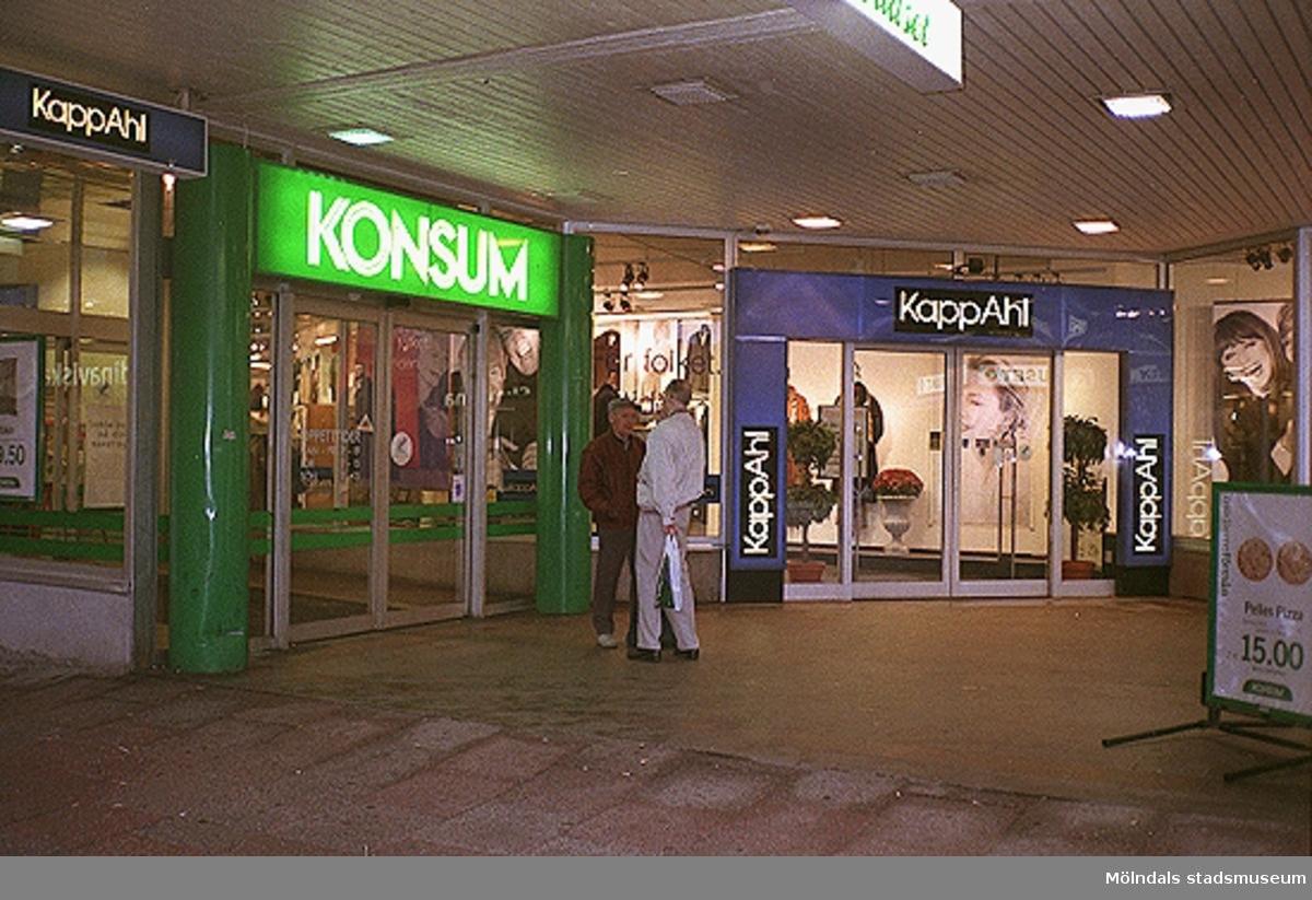 Konsum och KappAhl på Brogatan. Mölndalsbro i dag - ett skolpedagogiskt dokumentationsprojekt på Mölndals museum under oktober 1996. 1996_1212-1226 är gjorda av högstadieelever från Kvarnbyskolan 9D, grupp 5. Se även 1996_0913-0940.