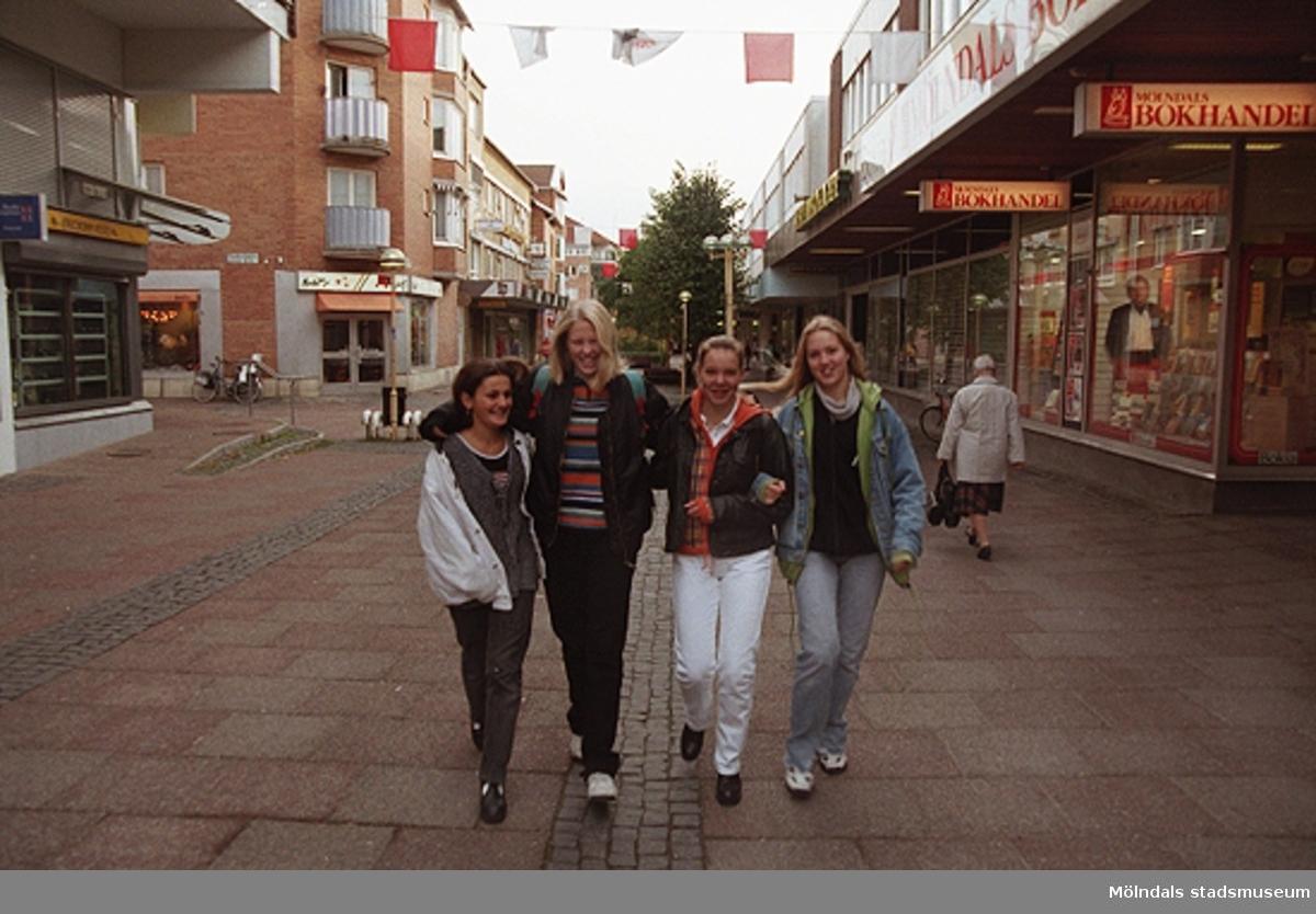 Mölndalsbro i dag - ett skolpedagogiskt dokumentationsprojekt på Mölndals museum under oktober 1996. 1996_1264-1282 är gjorda av högstadieelever från Åbyskolan 8A, grupp 2. Se även 1996_0913-0940, gruppbilder på klasserna 1996_1382-1405 och bilder från den färdiga utställningen 1996_1358-1381.