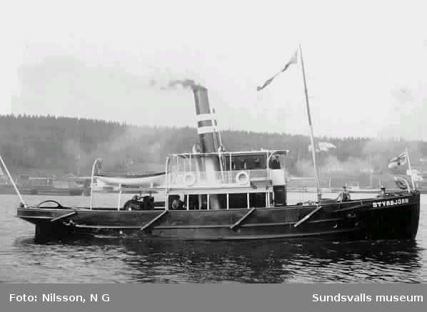 Ljunga Elfs bogserbåt Styrbjörn i Sundsvalls hamn i ursprungligt skick.  Styrbjörn förliste med sju besättningsmän vid Utvik 1912 efter kollision med passagerarångaren Ångermanland (enligt O Eriksson). den bärgades och byggdes om och såldes senare under annat namn till Göteborgstrakten. Båten lades upp på 1970-talet. /e u Rune Högström.